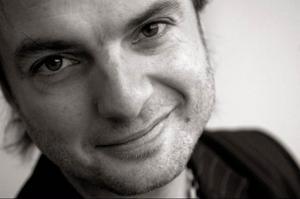 Linus Tunström, regissör och chef på Uppsala stadsteater:– Kvalitet? Är i rörelse. Det enda intressanta som konstutövare är i slutändan att skapa liv och det gör man genom att orka ifrågasätta det man själv tror man vet, kanske stoppa lite grus i maskineriet och försöka titta på det välkända från någon i ögonblicket ovanlig vinkel.