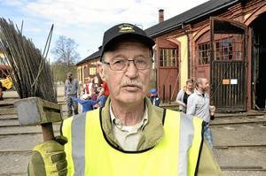 Hängbjörkskaft. Stig Asklund hade hittat ett bekvämt kvastskaft, men använde det mer föär att sopa i spåren vid lokstallarna än att vila på.