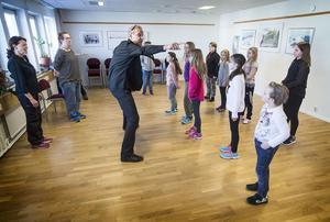 Regissören Mats Sandelius skapade övningar för att locka fram skådespelarnas initiativförmåga.