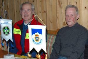 Thomas Alexi, en av insatscheferna vid Fjällräddningen i Härjedalen, tackade Reidar Färnlund för hans tid inom fjällräddningen. Foto: Privat
