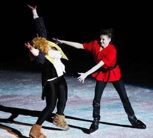Den dryge Gaston (Evelina Håkansson) har bestämt sig för att döda Odjuret (Ellinor Dahlin).