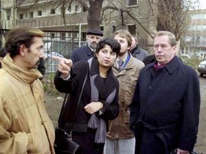 Elevassistenten Eva Bajgerova berättar om romernas situation för Tjeckiens tidigare president Václav Havel i staden Ústí nad Labem där man 1999 lät resa en två meter hög mur för att skilja romer från den övriga befolkningen. Arkivbild.