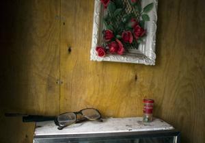 Sågstugan har fått vara i fred för vandaler. Lennarts glasögon och hans gamla radio står fortfarande kvar i sovrummet.