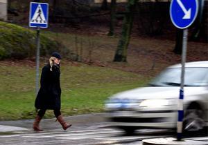 Fyra av tio bilister stannar inte alltid vid övergångsställen, visar en undersökning.