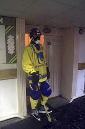 Ted Andersson blev utvisad i gruppspelsmatchen mot Ryssland i Archangelsk 1999. Då passade han på att värma sig inomhus.