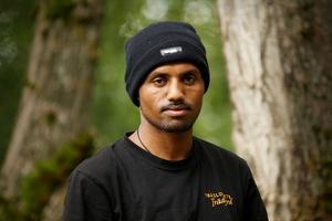 Frezgi Mebrahtu Teweldebrhan är en av trädgårdarbetarna som har fått instegsjobb hos Bollnäs kommun. Just i dag står beskärning av träd på arbetsschemat.