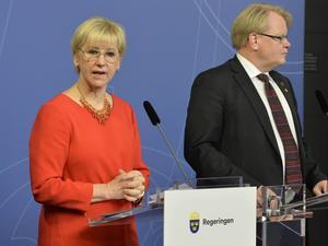 Utrikesminister Margot Wallström och försvarsminister Peter Hultqvist håller pressträff i Rosenbad. Regeringen erbjuder Frankrike militära flygtransporter och eventuellt försvarsmateriel i kampen mot Islamiska staten. Däremot är det inte aktuellt att skicka Gripenplan.