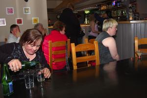 Varmt. Varm av dansandet var det skönt att svalka sig lite, tyckte Tina Dahlberg och tog sig en öl.