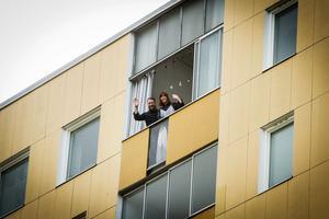 Balkongen är Sanna Grannas och Joel Book Söderbergs sommaroas i lägenheten på åttonde våningen.
