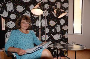 Gunilla Dovsten, kultursekreterare, har satt upp utställningen Vi dricker te och lär oss e av organisationen Livstycket på Lindesbergs bibliotek.