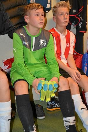 Tung start. Målvakten Lukas Lundblad och Jesper Andersson var inte nöjda efter första matchen i cupen.