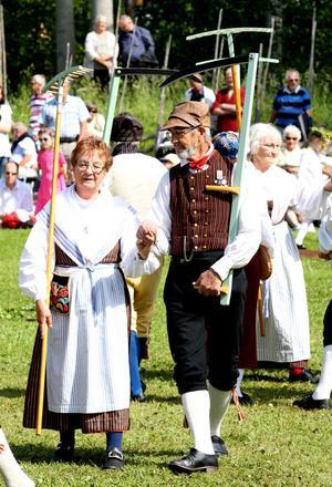 DANS MED LIE OCH KRATTA.  Folkdansare hälsade sommaren välkommen på Vretas hembygdsgård i Valbo.