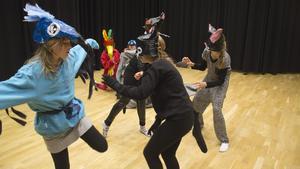 Eleverna har tränat sedan januari på pjäsen Lilla blå, om den blå aran som kidnappas och kämpar för sin frihet. I kväll får allmänheten ta del av föreställningen.