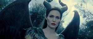 Angelina Jolie har en härlig roll att bita i, som den förbannade älvan Maleficent.