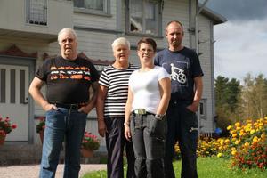 Åke och Ingrid Olsson har lämnat över gården Jon-Lars till den nya generationen Birgitta och Robert Olsson. Åke och Ingrid bor dock kvar i stora huset. Birgitta och Robert och barnen bor i en lägenhet i den gamla ladugården. Mina föräldrar var bönder. Jag förstår nu vilken kunskap de bär med sig. Jag ser inte mig själv som bonde, mer som en egenföretagare. I dag krävs också mycket pappersarbete, säger Birgitta.