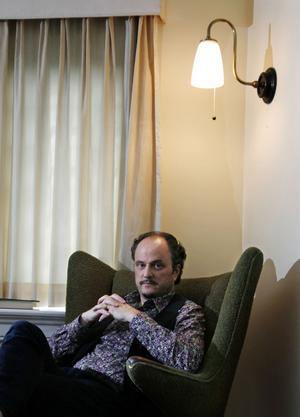 Jeffrey Eugenides debuterade 1993 med romanen Virgin Suicides som sedan blev film av Sofia Coppola. Med den efterföljande Middlesex (2002) fick han ett stort genombrott och tilldelades bland annat Pulitzerpriset för årets bästa roman.