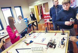 Arbetet med roboten har tagit eleverna fyra timmar i veckan av skoltiden, men många har stannat kvar efter skolan och jobbat på sin fritid under projektets gång.