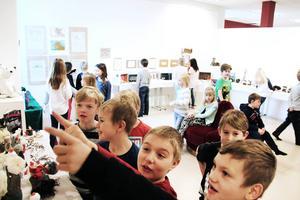 Konstnärerna, från förskolan på Laggarbergs skola, gick flera varv i konsthörnan för att se alla färgglada och lustiga verk.