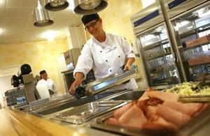 Anna Bonnevier ställer fram vårrullar och wokgrönsaker innan lunchgästerna börjar strömma till. Hon oroar sig inte för vad en upphandling innebär.
