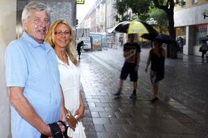 Leo Bengtsson, 67 år, och 51-åriga Christin Nilsson är grannar i Brunflo. De gjorde sällskap till Östersund för att handla och fick ta skydd mot regnet.   – Ja, det skulle jag tycka var bra. Då får man kanske bättre fart på surfen på mobilen. Och så kan det vara bra för turismen, sa Christin.   – Jo, helt klart skulle det vara bra. Jag surfar väldigt lite, men man behöver göra det ibland, sa Leo.