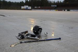 Än så länge lyser isparketten med sin frånvaro på Hällåsen i Söderhamn. Driftanläggningen har krånglat och det försenar isläggningen på bandyarenan.