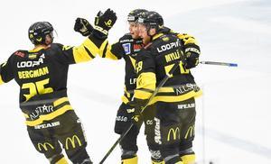 Lukas Zetterberg har gjort sex mål den här säsongen, Marcus Bergman har gjort sju. Här firar de ett av dem tillsammans med Anton Mylläri.