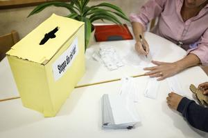 Röstkort byttes mot valkuvert när lågstadieeleverna på Svenstaviks skola röstade.