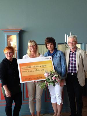 Carina Gräftegård fick ta emot stipendiet på 12000 kronor från Malin Ängerå, ordförande i Hälsingeutbildningar, Marie Centerwall, ordförande i Hälsingerådet och Hans-Gunnar Johansson, Högskolan i Gävle.
