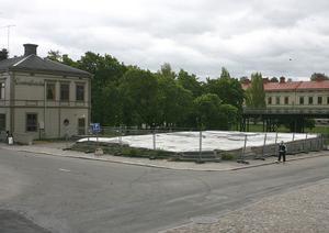 Att ersätta det nedbrunna Centralhotellet har hög prioritet för kommunen, som föreslår ett flerbostadshus.