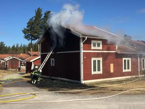 Huset som tagit eld i Sveg. En fullt utvecklad brand.