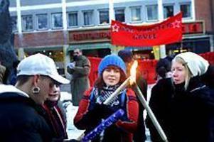 Foto: NICKBLACKMONKämpar mot rasism. På Södermalmstorg samlades i går Ung Vänster och Vänsterpartiet i en demonstration mot rasism. Ett 50-tal personer slöt upp, trots kylan.