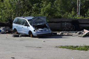 På platsen fanns även ett antal trasiga bilar.