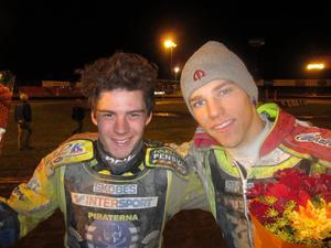 Anton Rosén och Przemyslaw Pawlicki jublar sedan Piraternas finalplats blivit klar i natt.