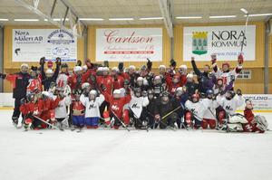 Många spelare. Nora HC har 120 aktiva spelare i alla åldrar, här är några av dem.