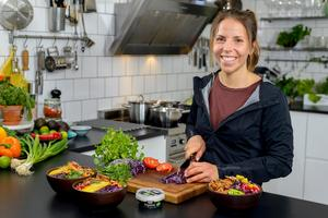 Foto: VegmeFamiljen Hällström lånade ut sitt kök till Charlotte Kalla för en dag.