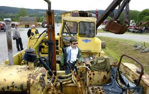 Nioåriga traktorenusiasten Rickard Forsström Wallin  kollar in maskinerna.