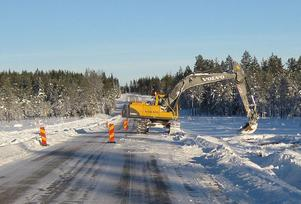 En första grävmaskin har börjat arbetet på Nybomyran söder om Skålsjön. Den får snart hjälp av ett par grävmaskiner till. Just Nybomyran är prioriterad då man vill utfäöra ombyggnaden där när det är tjäle i myrmarken.