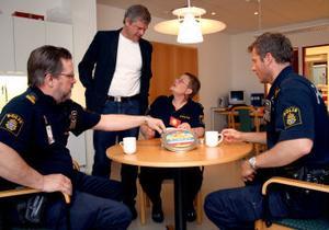 Redan första dagen kakburken med olika påståenden blev det en livlig diskussion runt fikabordet. Från vänster Gunnar Backström, Morgan Norman, Margareta Edén och Urban Schill.