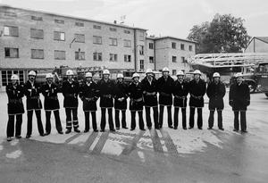 Brandkårens personal poserar på brandstationens gård vid Kopparbergsvägen den 28 september 1982.