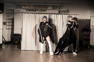 Anna Hedströms kostymer och Christoffer Karlssons musik spelar viktiga roller i uppsättningen.