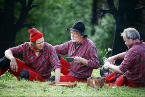 """Några av gänget i """"Allt för byn"""" har fått roller i """"En midsommarnattsdröm"""" också. Här spelar de ett gäng skogsgubbar som ska sätta upp en pjäs inför ett bröllop."""