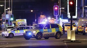 Polisbilar i området vid London Brigde efter terrordådet på lördagen.