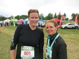 Malin Frygg och Marina Lindell från Köping tyckte banan var kul. Marina sprang om Malin på upploppet.