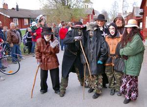 Parad. Både valborrar och åskådare i alla åldrar samlade på Kyrkbygattu för att blåda nytt liv i en gammal tradition.