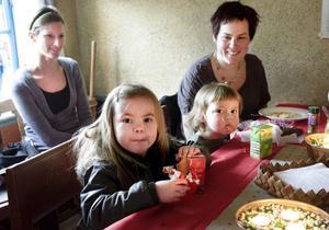 Åsa Bransell och Magdalena Bransell lät sig väl smaka. Samma sak gällde Alma, 4 och Elvira, 2 år.