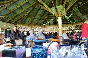 Mellan 100-500 personer brukar besöka auktionen i Ställdalens Folkets park. I söndags hade de över 560 utrop.