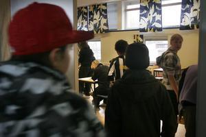 Varannan niondeklassare i Nordanstigs kommun är missnöjd med skolan. Det visar en enkätundersökning som nätverket Jämföra gjorde i början av 2009. Enkätsvaren visar också att killarna är mer nöjd med skolan än tjejerna.