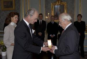 CO Hulthén tar emot Prins Eugen-medaljen av kungen 2003.