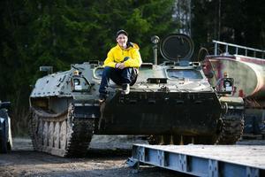 Jimmy Johansson från Borlänge är numera stolt ägare till en pansarbandvagn. Han köpte den i Borlänge, men kommer att ha den parkerad hemma hos morfar i Ludvika.