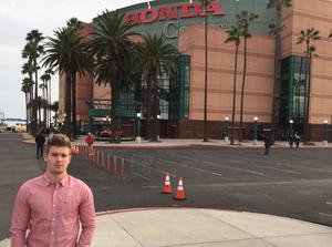 Hockeypuls och DT/DD:s utsände Adam Johansson utanför Honda Center.